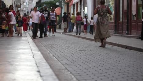 Menschen-Gehen-Auf-Den-Kopfsteinpflasterstraßen-Von-Havanna-Kuba