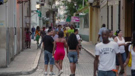 Menschen-Gehen-Auf-Den-Kopfsteinpflasterstraßen-Von-Havanna-Kuba-1