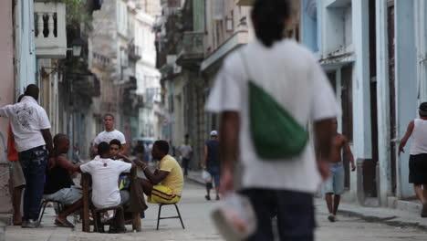 Menschen-Gehen-Und-Spielen-Domino-Auf-Den-Kopfsteinpflasterstraßen-Von-Havanna-Kuba