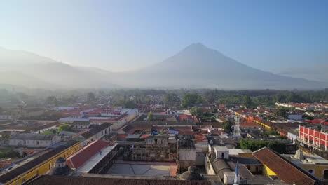 Schöne-Luftaufnahme-über-Der-Kolonialen-Mittelamerikanischen-Stadt-Antigua-Guatemala-7