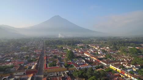 Hermosa-Toma-Aérea-Sobre-La-Ciudad-Colonial-Centroamericana-De-Antigua-Guatemala-14