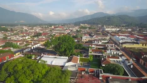 Schöne-Luftaufnahme-über-Der-Kolonialen-Mittelamerikanischen-Stadt-Antigua-Guatemala-17
