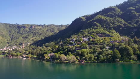 Antenne-über-Dem-Ufer-Des-Sees-Amatitlan-See-In-Guatemalagua