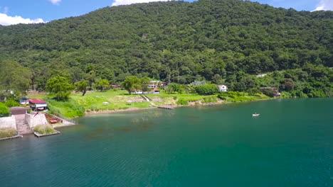 Antenne-über-Dem-Ufer-Des-Sees-Amatitlan-In-Guatemala