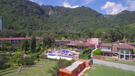 Antenne-über-Einem-Herrenhaus-Oder-Einer-Villa-Am-Ufer-Des-Amatitlan-Sees-In-Guatemala