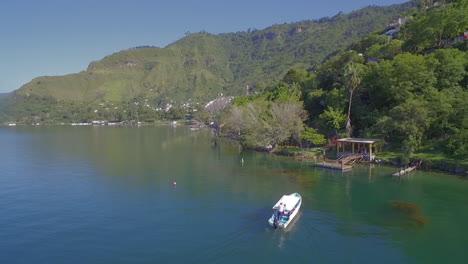 Antenne-Entlang-Der-Küste-Des-Amatitlan-Sees-In-Guatemala