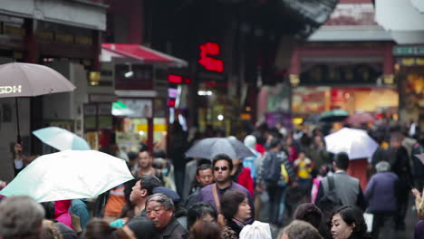 Huge-crowds-walk-on-the-streets-of-modern-day-China