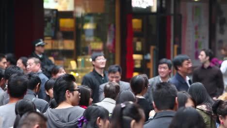 Grandes-Multitudes-Caminan-Por-Las-Calles-De-La-China-Moderna-1