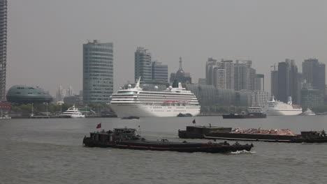 El-Horizonte-De-Shanghai-China-Con-El-Tráfico-Fluvial-En-Primer-Plano