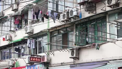 La-Ropa-Cuelga-Para-Secar-En-Postes-Tradicionales-De-Edificios-De-Apartamentos-En-Shanghai-China