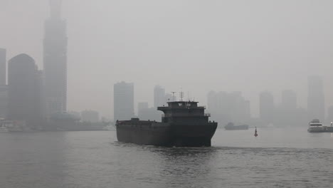 The-smoggy-skyline-of-Shanghai-China-with-río-traffic-foreground