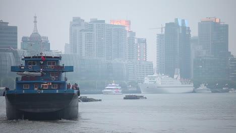 Una-Barcaza-Viaja-Por-El-Río-Pearl-En-Shanghai-China-En-Smog-Y-Niebla-1