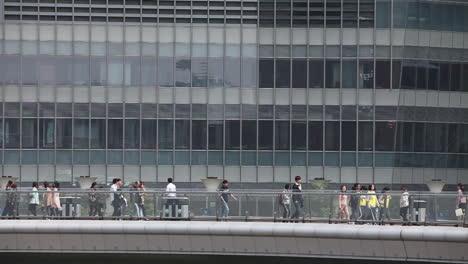 Los-Peatones-Caminan-A-Lo-Largo-De-La-Base-De-Los-Edificios-Modernos-En-El-Paseo-Marítimo-De-Shanghai-China-2