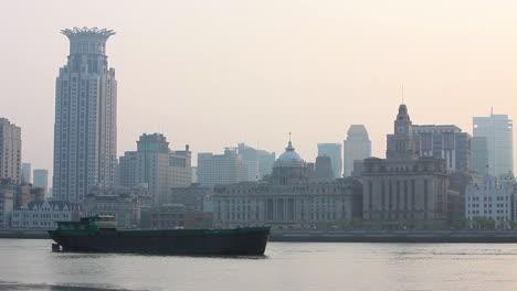 Una-Barcaza-Viaja-Por-El-R�o-Pearl-En-Shanghai-China-En-Smog-Y-Niebla-3