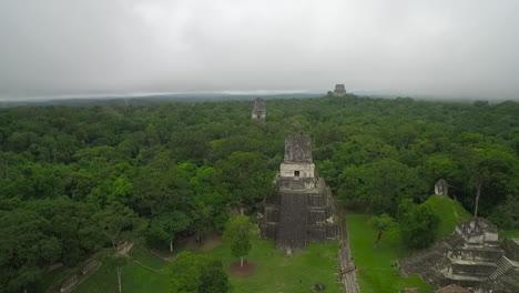 Gran-Toma-Aérea-Sobre-Las-Pirámides-De-Tikal-En-Guatemala-7