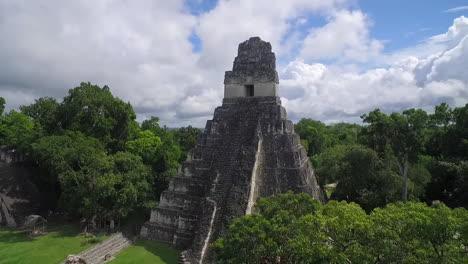Spectacular-vista-aérea-shot-over-the-Tikal-pyramids-in-Guatemala