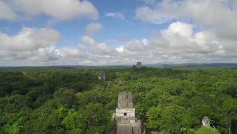 Toma-Aérea-Sobre-Las-Pirámides-De-Tikal-En-Guatemala