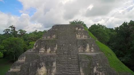 Toma-Aérea-Sobre-Las-Pirámides-De-Tikal-En-Guatemala-1