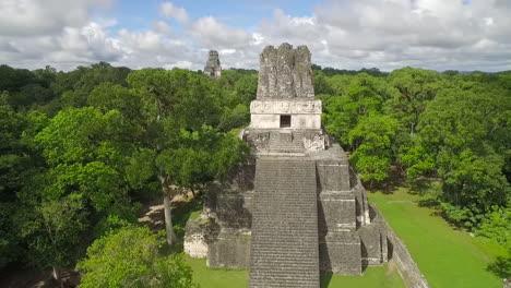 Espectacular-Toma-Aérea-Sobre-Las-Pirámides-De-Tikal-En-Guatemala-1
