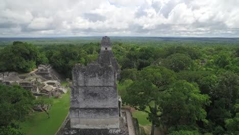 Spectacular-rising-vista-aérea-shot-over-the-Tikal-pyramids-in-Guatemala