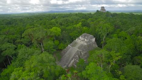 Spectacular-vista-aérea-shot-over-the-Tikal-pyramids-in-Guatemala-3