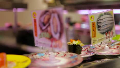 Los-Artículos-De-Sushi-Viajan-En-Una-Cinta-Transportadora-En-Un-Restaurante-En-China