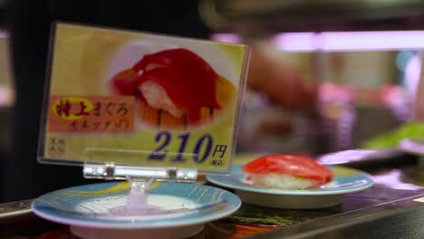 Los-Artículos-De-Sushi-Viajan-Sobre-Una-Cinta-Transportadora-En-Un-Restaurante-En-China-1