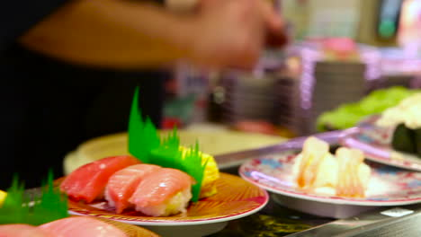 Los-Artículos-De-Sushi-Viajan-En-Una-Cinta-Transportadora-En-Un-Restaurante-En-China-3