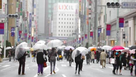 La-Gente-Camina-Por-Las-Calles-Lluviosas-De-Shanghai-China-1