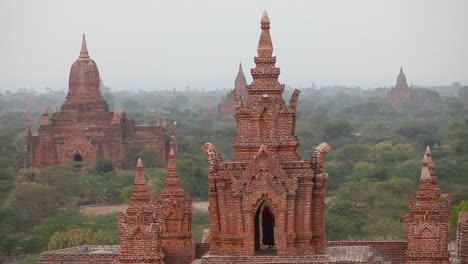 Hermosa-Atardecer-Detrás-De-Los-Templos-Paganos-De-Bagan-Birmania-Myanmar-2