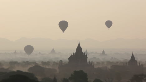 Globos-Se-Elevan-Cerca-De-Los-Increíbles-Templos-Paganos-De-Bagan-Birmania-Myanmar-5