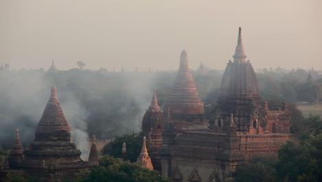 El-Humo-Sube-Cerca-De-Los-Increíbles-Templos-Paganos-De-Bagan-Birmania-Myanmar