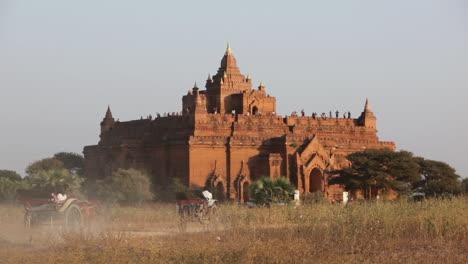 Los-Autobuses-Se-Acercan-Al-Templo-De-Piedra-En-Las-Llanuras-Paganas-De-Bagan-Birmania-Myanmar