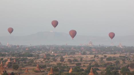 Globos-Vuelan-Por-Encima-Del-Templo-De-Piedra-En-Las-Llanuras-Paganas-De-Bagan-Birmania-Myanmar-1