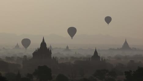 Globos-Vuelan-Por-Encima-Del-Templo-De-Piedra-En-Las-Llanuras-Paganas-De-Bagan-Birmania-Myanmar-2