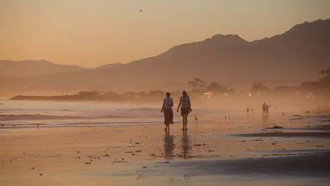 Classic-California-beach-sunset-with-couple-walking