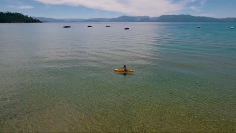 Una-Antena-Sobre-Una-Mujer-Remando-En-Kayak-A-Través-Del-Lago-Tahoe-5