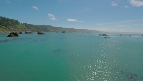 Una-Antena-Sobre-Una-Costa-Brumosa-Cerca-De-Big-Sur-California