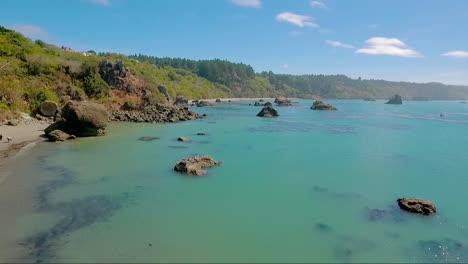 Una-Antena-Sobre-Una-Costa-Brumosa-Cerca-De-Big-Sur-California-1