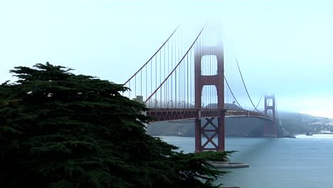 The-Golden-Gate-Bridge-graces-the-San-Francisco-bay-skyline