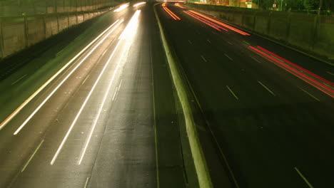 Una-Inclinación-Lenta-Hacia-Arriba-Revela-Que-El-Tráfico-Se-Mueve-A-La-Velocidad-De-La-Luz-A-Lo-Largo-De-Una-Autopista-En-Esta-Toma-De-Lapso-De-Tiempo