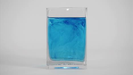 Tinte-Azul-Se-Difunde-A-Través-De-Un-Vaso-De-Agua