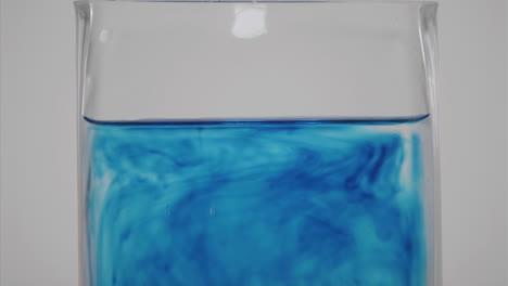 Tinte-Azul-Se-Difunde-A-Través-De-Un-Vaso-De-Agua-1
