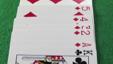 La-Cámara-Se-Mueve-A-Través-De-Una-Baraja-De-Cartas-Colocada-En-Una-Mesa-De-Casino