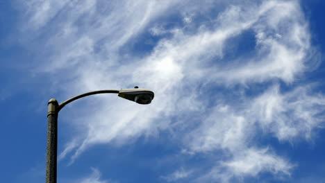 Timelapse-De-Nubes-Que-Soplan-Por-Un-Poste-De-Luz