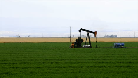 Time-lapse-of-an-oil-well-pumping-in-the-middle-of-a-crop-field