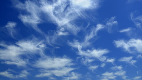 Time-lapse-of-wispy-clouds-moving-across-the-sky