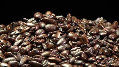 Rack-Fokus-Von-Gerösteten-Kaffeebohnen-In-Einem-Stapel
