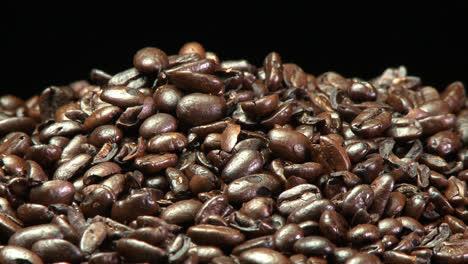Ein-Standbild-Von-Einem-Haufen-Gerösteter-Kaffeebohnen