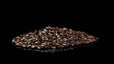 Ein-Entfernter-Schuss-Eines-Haufens-Gerösteter-Kaffeebohnen-Der-Sich-Langsam-Dreht